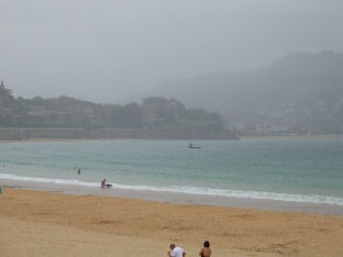 Strandliv i tåke... i juli..
