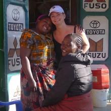 Jeg likte å hilse på noen av de lokale. Hun som gir meg en klem ble bestukket med en flaske vann.