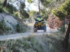 Det er bare så støvfyken står rundt oss - en kan lett bli litt barnslig yr på en ATV!
