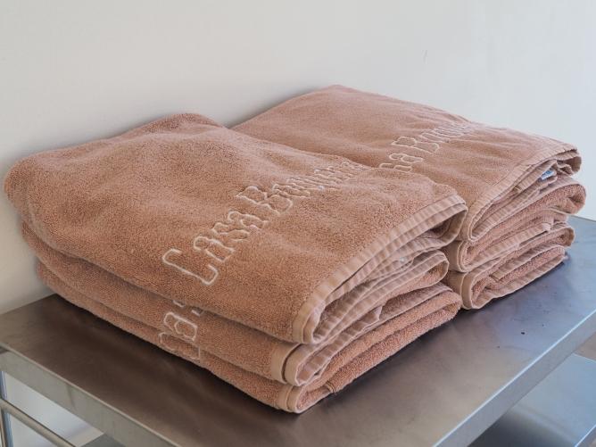 Myke, deilige badehåndklær en kan låne når en koser seg ved bassenget