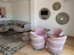 Felles oppholdsrom med nydelige møbler fra Yecla-området