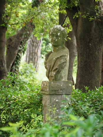 Vakre statuer i en bortgjemt hage - bak et smijernsgjerde... Jeg gnir meg fornøyd i hendene..