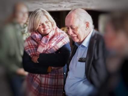 Lytter interessert til Inge Halstensen når han forteller om Hengjo's historie og levd liv i Bekkjarvik