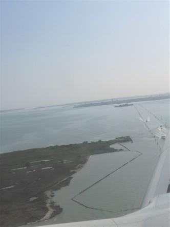 """""""Båtveien"""" ut til Venezia, sett fra flysetet"""