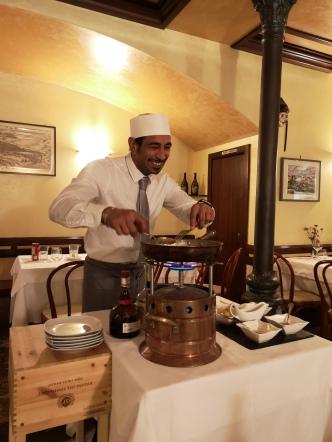 Crepes - flambert ved bordet av den hyggeligste kelneren vi kunne tenke oss