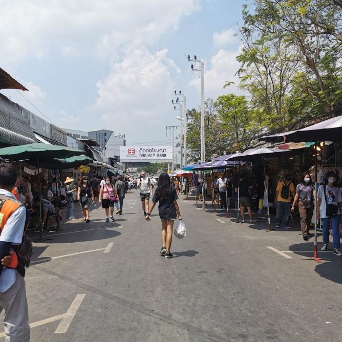 Nesten folketomt søndagsmarked - livet er stille, i Bangkok..