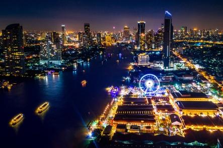Bangkok skyline natterstid med Riverfront i forgrunnen..